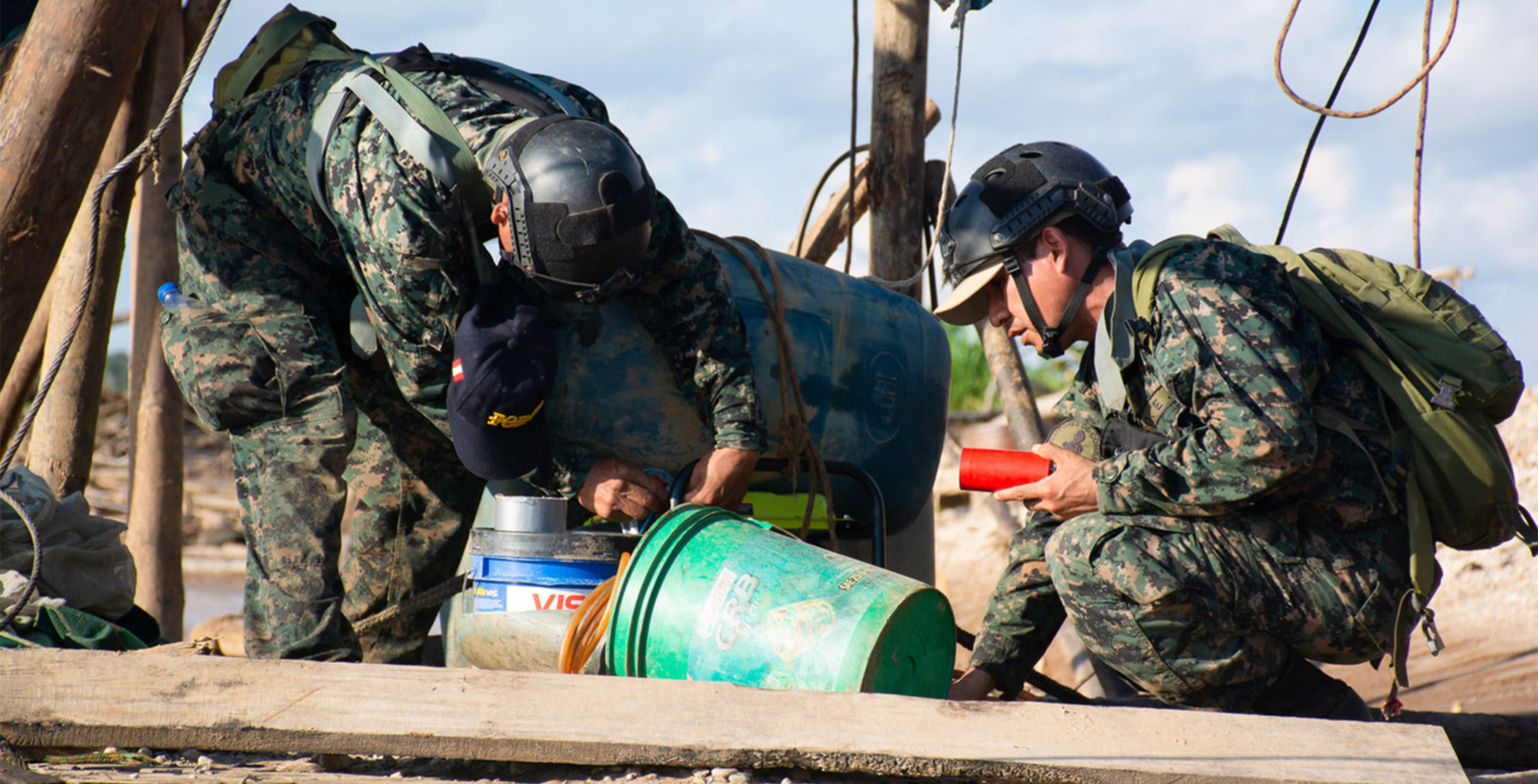 02_Spezialeinheiten-des-peruanischen-Militärs-bereiten-die-Sprengung-einer-illegalen-Mine-vor