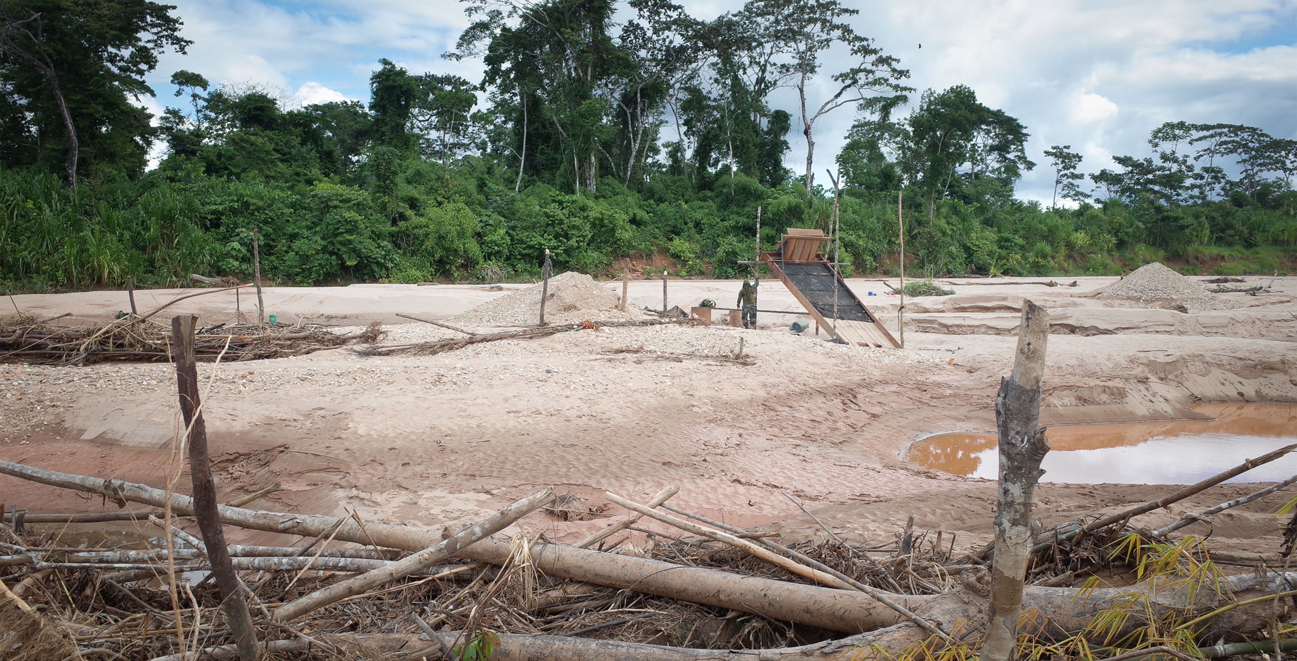 03_Eine-illegale-Mine-im-Tambopata-Nationalpark-eine-Perle-der-Biodiversität.-Die-Randzonen-des-Tambopata-Parks-wurden-von-den-Goldgräbern-bereits-zerstört