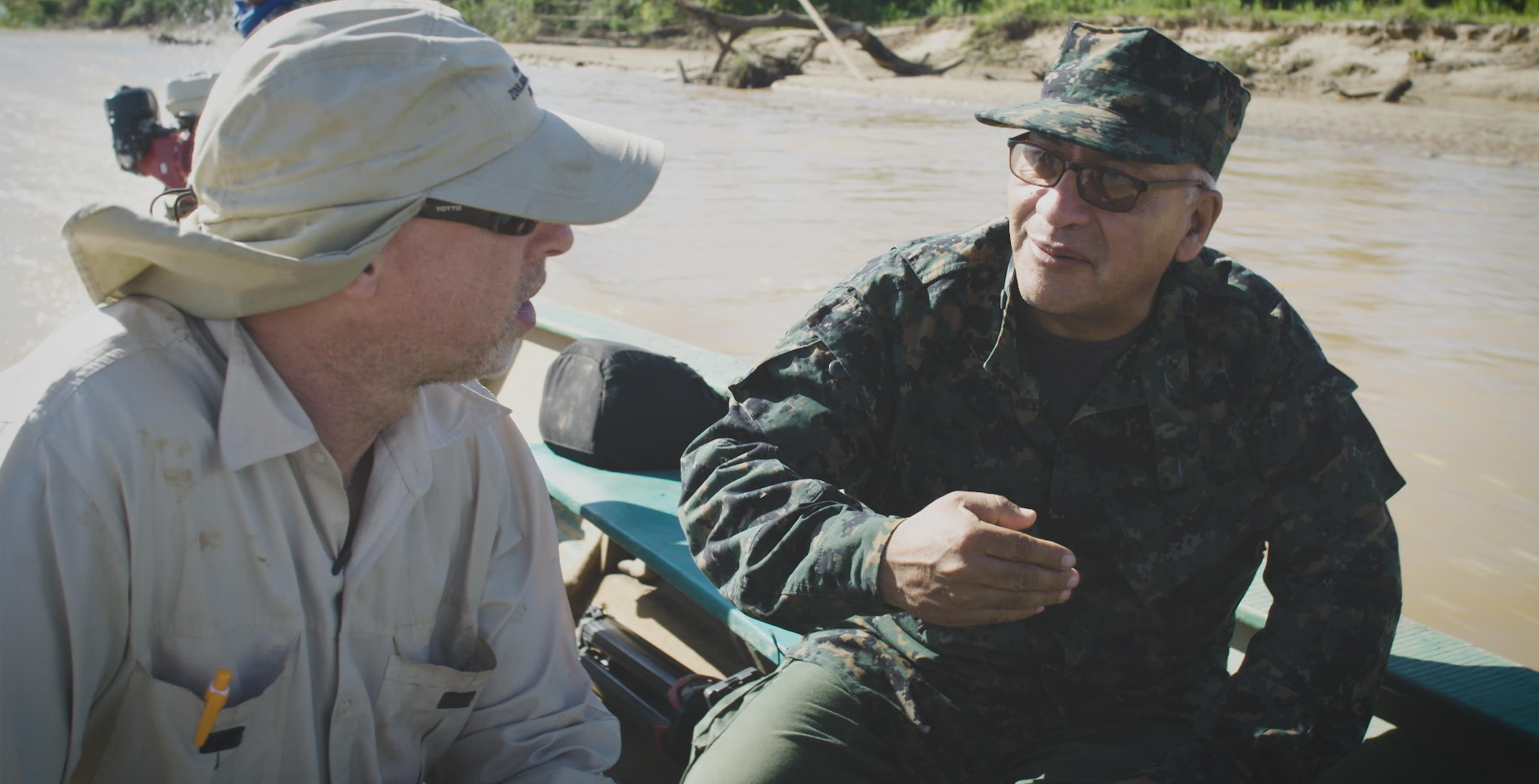 05_Vladimir-Ramirez-Prada-Chef-des-weltberühmten-Tambopata-Nationalparks-im-Südosten-Perus-navigiert-entlang-der-Pisten-der-illegalen-Goldgräber