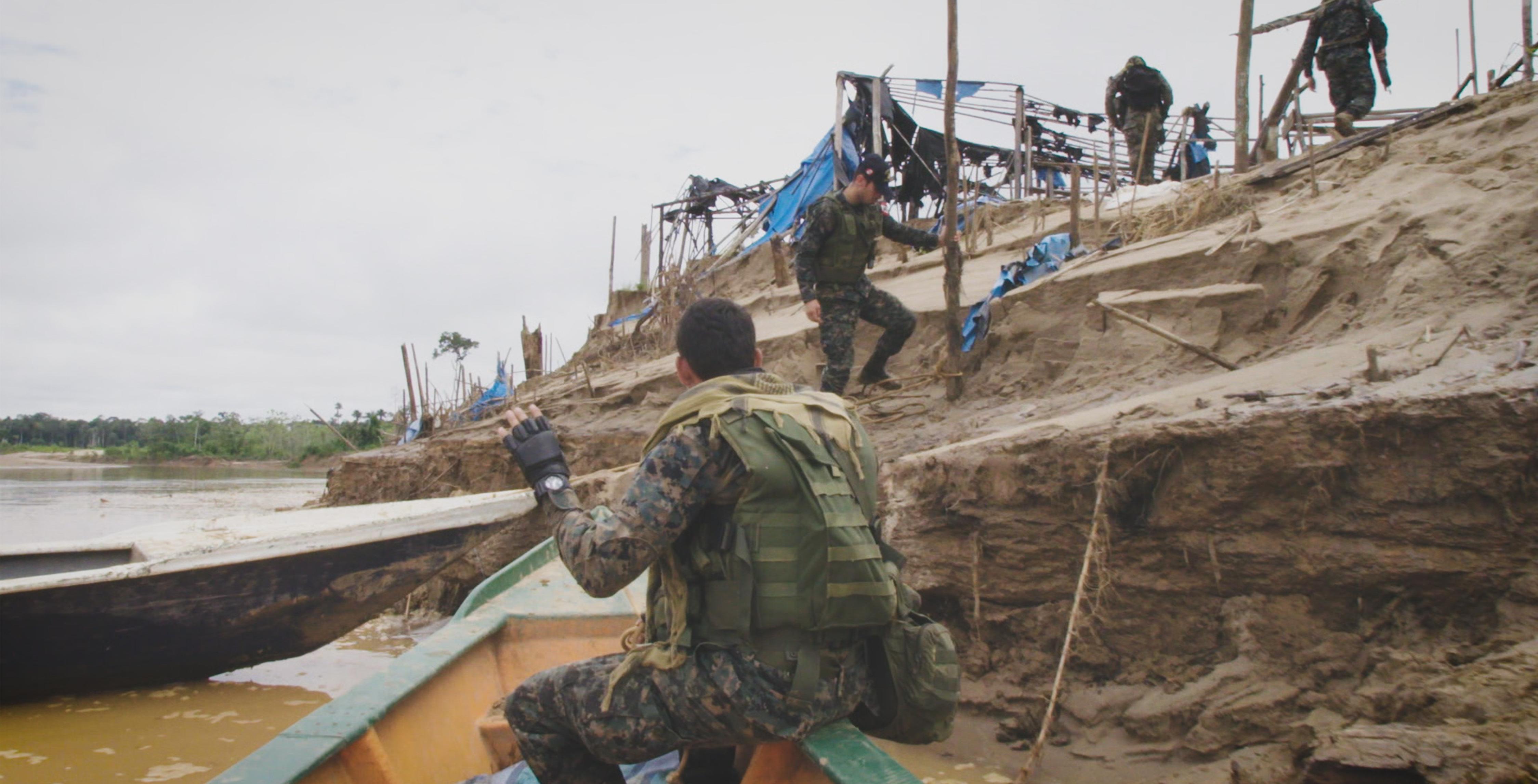 08_-Spezialeinheiten-des-peruanischen-Militärs-räumen-ein-Lager-der-illegalen-Goldgräber.-Diese-Lager-waren-eine-Brutstätte-der-organisierten-Kriminalität.